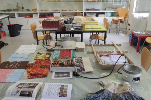 """Workshop mit Ausstellungsbesuch """"Blaue Wunder erleben. Färbeworkshop mit Indigo"""""""