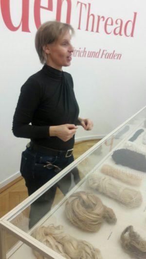 """Vermittlung in der Ausstellung """"Der Rote Faden - Gedanken Spinnen Muster Bilden"""", Foto: Anette Rein"""